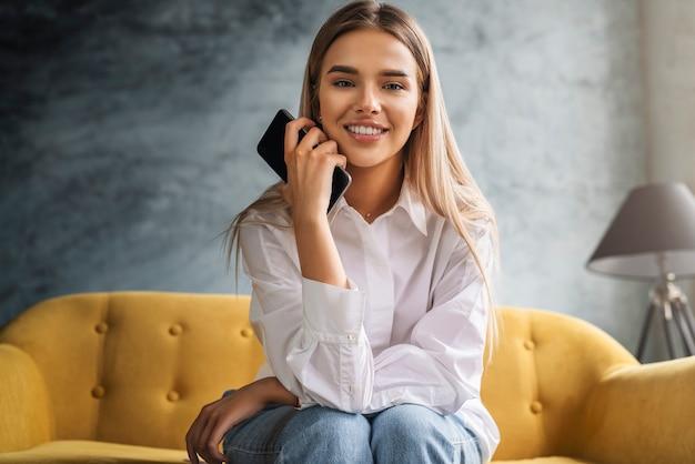 Femme millénaire regarde la caméra avec le sourire et passe son merveilleux temps libre après le travail