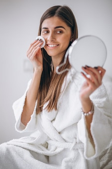 Femme, miroir, démaquillage, coussin