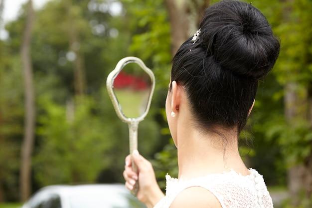 Femme avec miroir à main