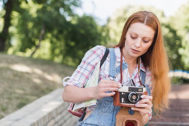 Femme, mise en place de la caméra dans le parc