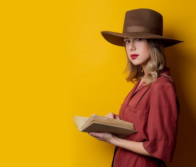 Femme à la mode des années 1940 avec un livre