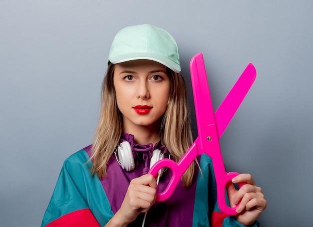 Femme à la mode des années 90 avec de grands ciseaux