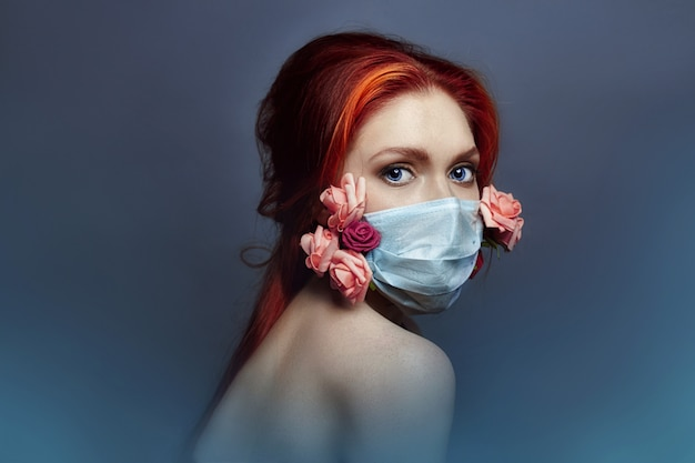 Femme de mode art avec respirateur médical sur le visage