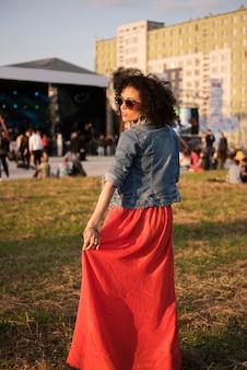 Femme à la mode au concert de musique
