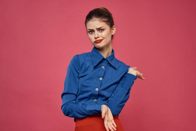 Femme à la mode en chemise bleue. modèle d'émotions jupe rouge gesticulant avec les mains vue recadrée espace copie.