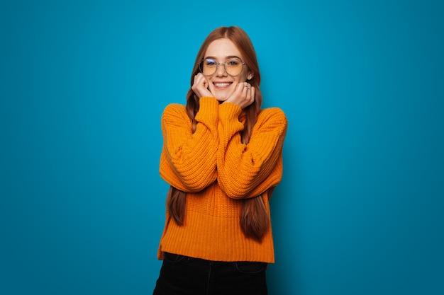 Femme à la mode avec des cheveux roux et des taches de rousseur mannequin souriant personne rousse