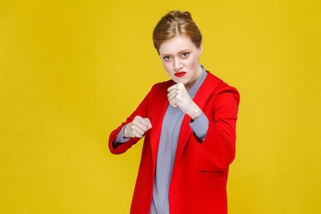 Femme de mode en colère agressive en costume de boxe à huis clos