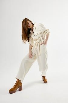 Femme à La Mode En Costume Chaussures Marron Glamour Fond Isolé Photo Premium