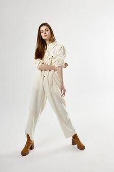 Femme à la mode en costume de pleine longueur des vêtements élégants