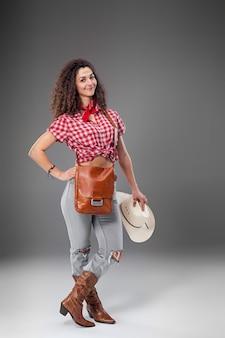 La femme de mode cow-girl
