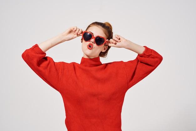 Femme à la mode dans un look attrayant de chandail rouge