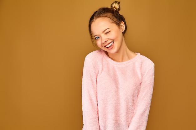 Femme à la mode dans des vêtements roses mignons décontractés
