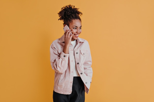 Femme à la mode parlant sur smartphone