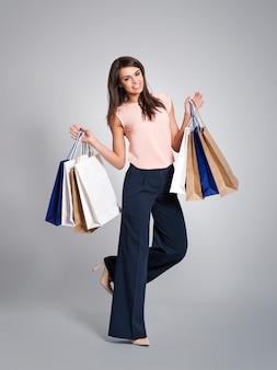 Femme à la mode avec plein de sacs à provisions
