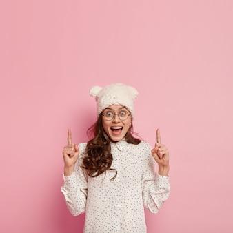 Femme à la mode, porter, chapeau drôle