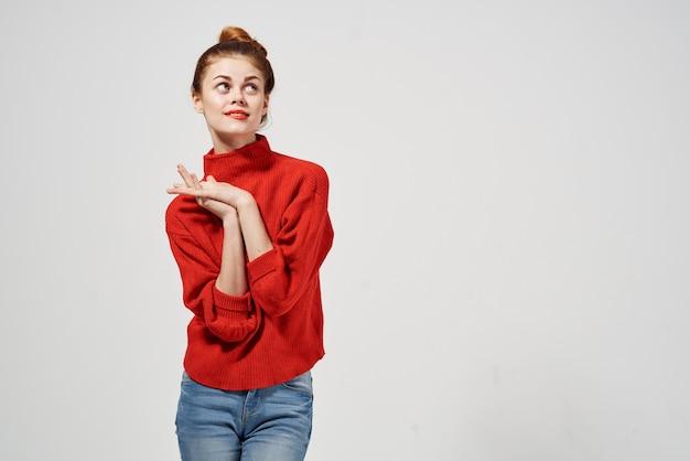 Femme à la mode posant fond clair de mode. photo de haute qualité