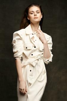 Femme à la mode posant sur des gestes sombres avec vue recadrée de mains.