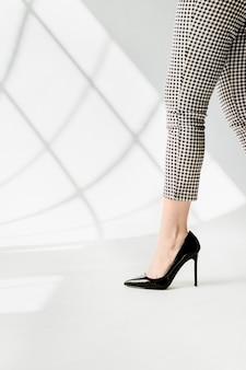 Femme à la mode en talons noirs brillants