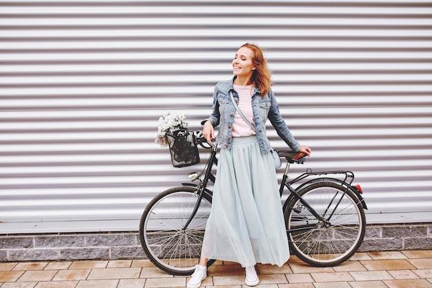 Femme à la mode avec vélo urbain