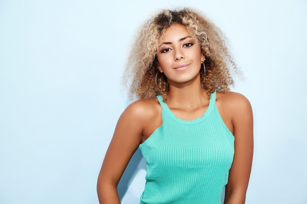 Femme modèle souriante en jeans à la mode posant