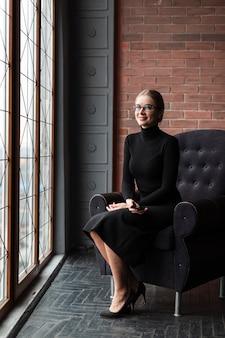 Femme moderne assise sur un canapé