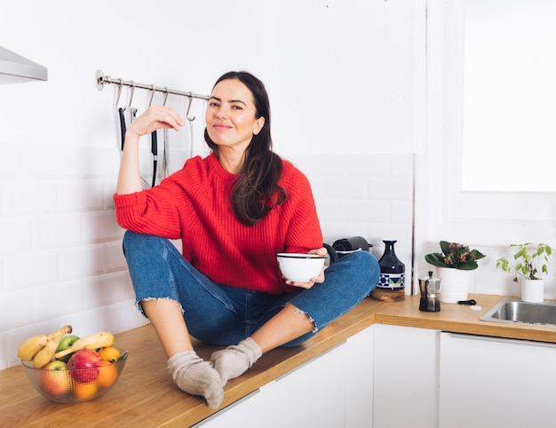 Femme moderne dans la cuisine