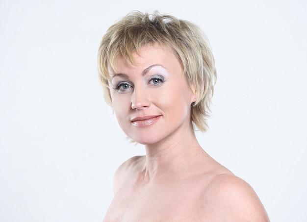 Femme moderne avec maquillage de tous les jours.isolé sur fond blanc