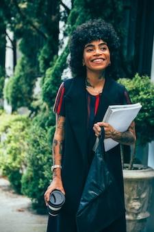 Femme moderne marchant dans la rue