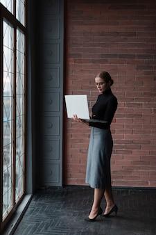 Femme moderne avec ordinateur portable travaillant
