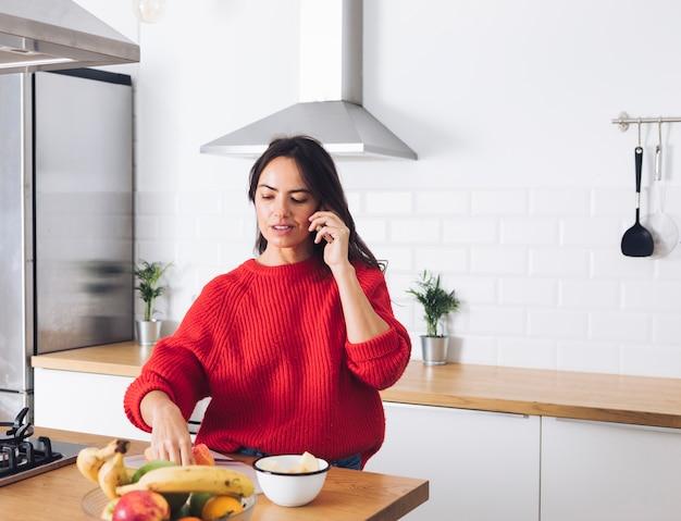 Femme moderne parlant au téléphone