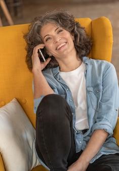 Femme moderne parlant sur mobile