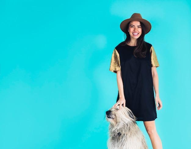 Femme moderne posant avec un chien