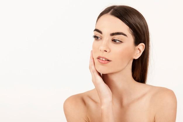 Femme moderne posant avec maquillage