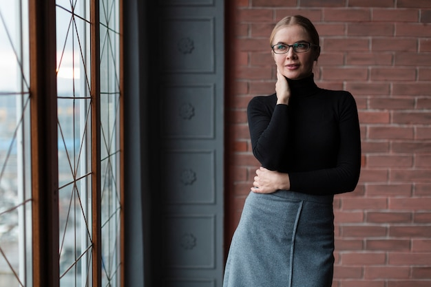 Femme moderne posant pour la caméra
