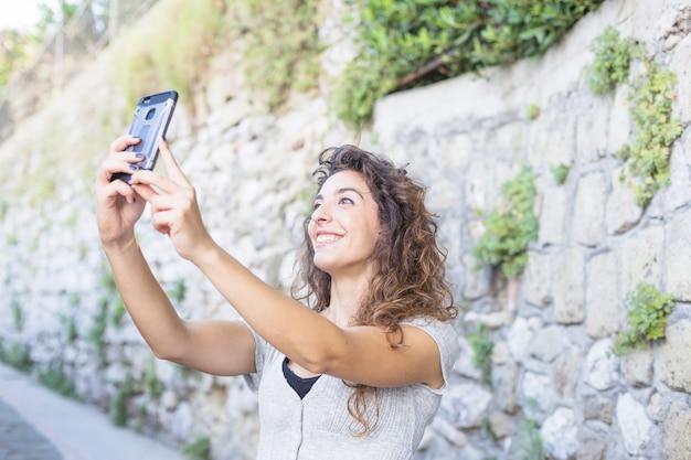 Femme moderne prenant un selfie