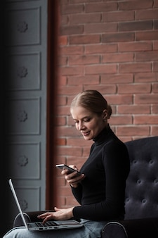 Femme moderne, prendre des photos d'écran d'ordinateur portable
