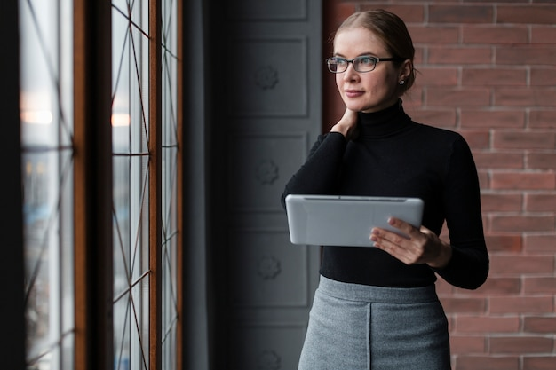 Femme moderne avec tablette