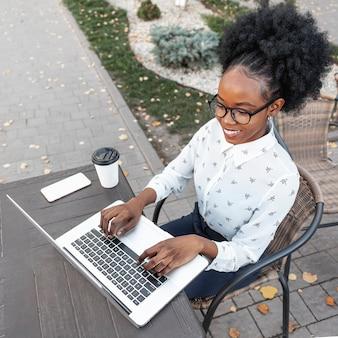 Femme moderne travaillant en angle élevé