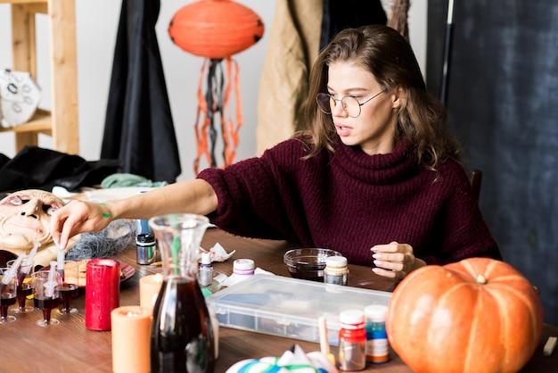 Femme moderne travaillant sur la conception d'halloween