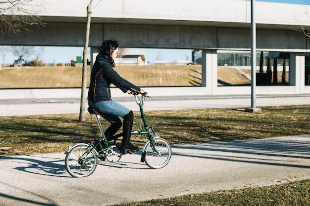 Femme moderne à vélo dans la ville