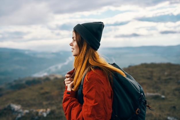 Femme, montagnes, paysage, nuages, ciel, automne, air frais, tourisme, voyage