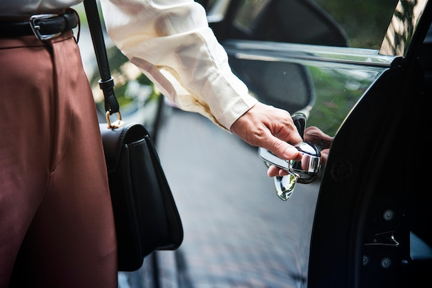 Femme montant dans une voiture