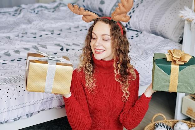 Femme montrant deux cadeaux