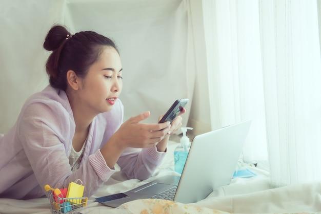 Femme montrant du bonheur après avoir fait des achats en ligne