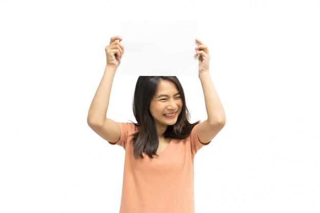 Femme montrant du papier blanc vierge