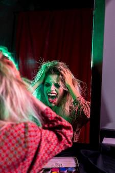 Femme montrant la folie pour une séance photo
