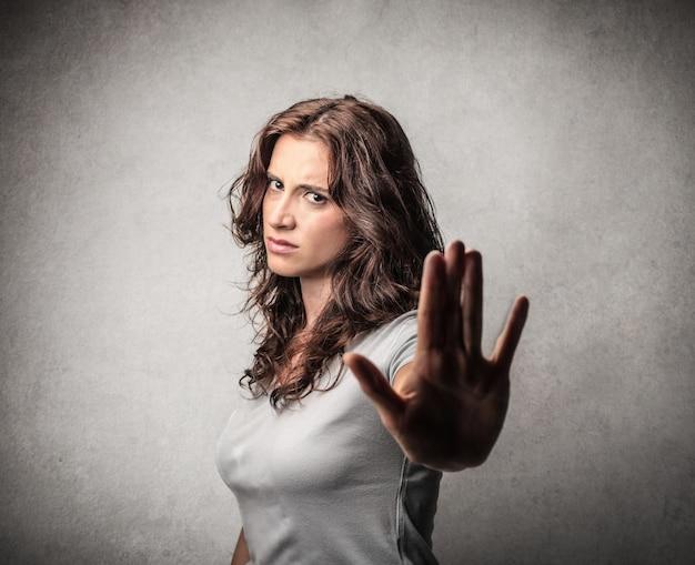 Femme montrant un geste d'arrêt