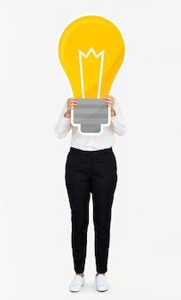 Femme montrant une icône d'ampoule