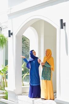 Femme montrant la maison à un ami