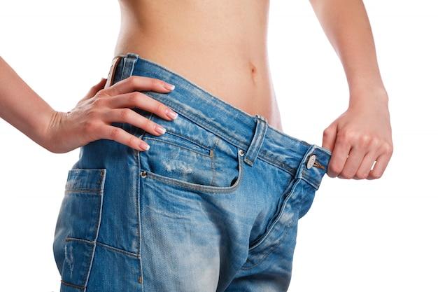Femme montrant ses progrès après la perte de poids